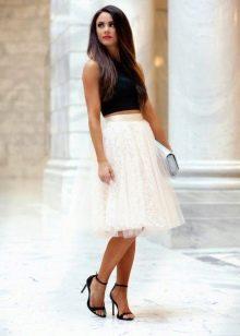 Многослойная юбка в сочетании с босоножками на каблуке