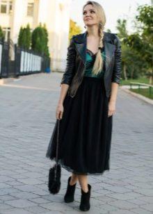 Длинная многослойная черная юбка в сочетании с курткой