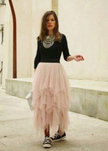 Длинная многослойная юбка в сочетании с кедами