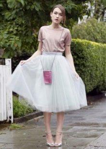 Многослойная миди юбка в сочетании футболкой