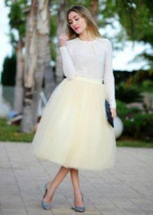Многослойная бледно-желтая юбка