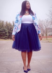 Многослойная юбка средней длины для полных
