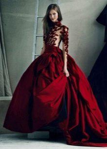 темно-красное платье с пышной юбкой из тафты