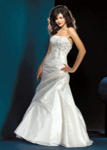 вечернее платье из тафты, украшенное вышивкой