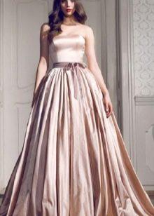 бежевое пышное платье из тафты