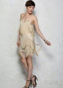 Бежевое платье с бахромой и колье