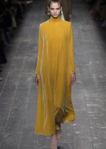 Платье из велюра желтое