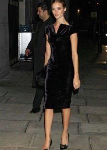 Платье-футляр из велюра черное