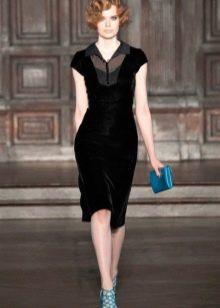 Платье-футляр из велюра офисное