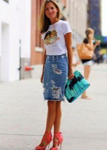 Джинсовая прямая юбка средней длины на лето