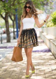 Короткая пышная юбка с ярким принтом на лето