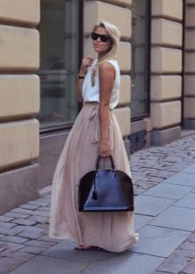 Длинная пышная юбка бежевого цвета на лето