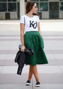 Расклешенная юбка зеленого цвета на лето