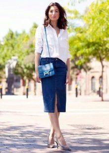 Прямая джинсовая юбка с белой рубашкой