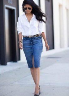 Прямая джинсовая юбка с разрезом спереди