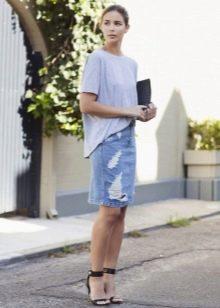 Прямая джинсовая юбка с футболкой