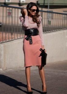 Светлая прямая юбка