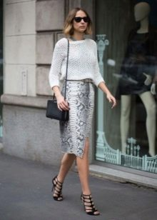Прямая юбка с запахом в сочетании с свитером