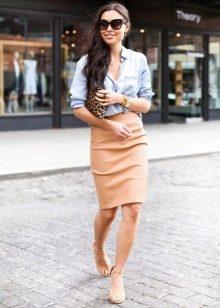 Прямая юбка в сочетании с рубашкой