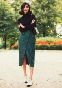 Прямая юбка в сочетании с водолазкой