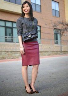 Прямая юбка в сочетании со свитшотом
