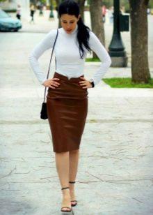 Прямая коричневая юбка в сочетании с белой водолазкой