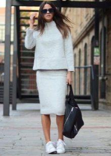Прямая юбка в сочетании с теплой кофтой
