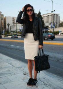 Прямая юбка в сочетании с кожаной курткой