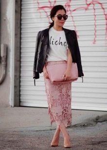 Розовая прямая юбка из кружева