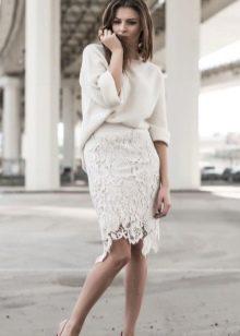 Белая прямая юбка из кружева