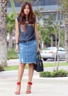 Прямая джинсовая юбка с трикотажным топом