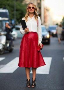 красная юбка-миди в образе деловой женщины
