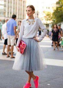 юбка-миди и спортивный стиль одежды