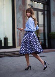 пышная темно-синяя юбка-миди с рисунком