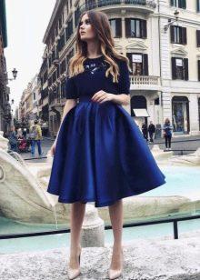 пышная темно-синяя юбка-миди