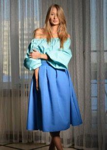 летний образ с голубой юбкой-миди