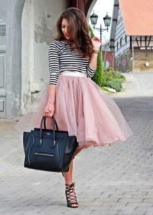 Розовая пышная юбка миди