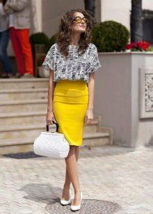 Лимонная юбка карандаш с черно-белым верхом