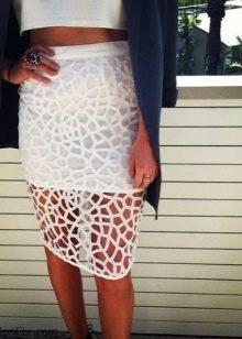 Белая перфорированная юбка карандаш