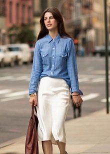 Белая юбка карандаш с джинсовой рубашкой