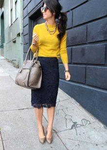 Черная кружевная юбка карандаш с ярким верхом