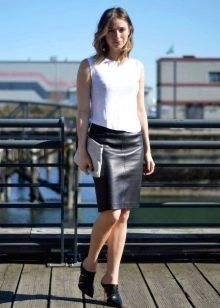Черная юбка карандаш с белым топом без ракавов