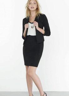 Черная юбка карандаш с черным жакетом и белым топом