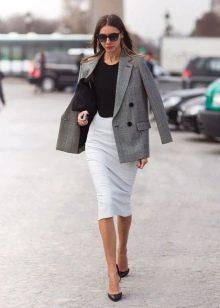 Белая юбка карандаш с черным топом и клетчатым удлиненным жакетом