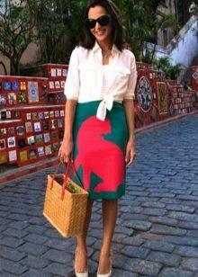 Плетеная сумка в сочетание с яркой юбкой карандаш