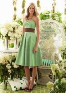 Салатовое платье бандо средней длины