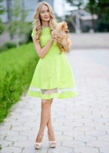 Салатовое платье средней длины