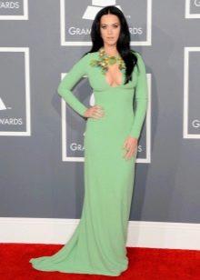 Длинное в пол салатовое платье с длинными рукавами