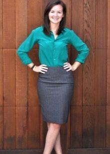 Серая юбка карандаш с бирюзовой рубашкой
