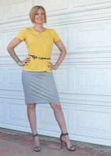 Серая юбка карандаш в сочетание с желтой футболкой